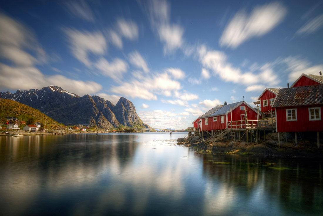Villaggio-di-pescatori-con-tipiche-casette-palaffite-rosse-Rorbuer-(Lofoten-Norvegia)